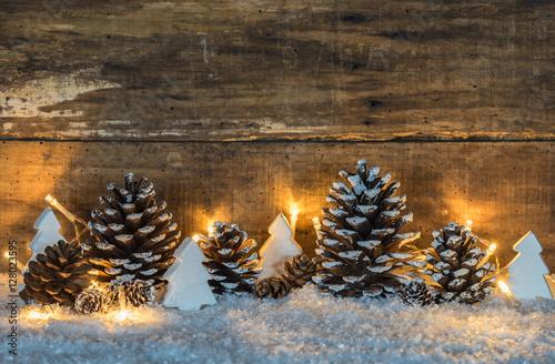 weihnachtsdekoration rustikal mit zapfen und weihnachtsb ume aus holz wei im schnee. Black Bedroom Furniture Sets. Home Design Ideas
