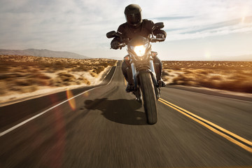 Motorrad fährt durch die Wüste