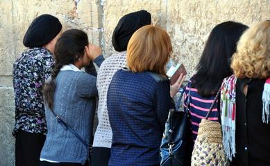 Gläubige Jüdinnen beim Gebet an der Klagemauer in Jerusalem