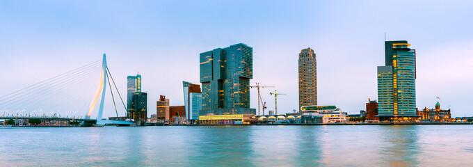 Deurstickers Rotterdam Erasmusbrücke und Skyline von Rotterdam zur blauen Stunde, Niederlande
