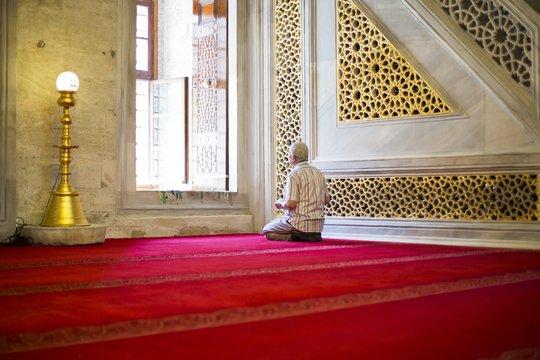 Faithful reads the Koran, Istanbul, Turkey