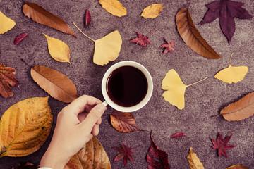 コーヒーと落ち葉