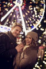 Paar zu Weihnachten Weihnachtsmarkt