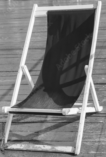 chaise longue sur terrasse bois noir et blanc stockfotos und lizenzfreie bilder auf fotolia. Black Bedroom Furniture Sets. Home Design Ideas