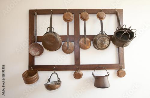 Vecchi utensili da cucina appesi come sopramobili\