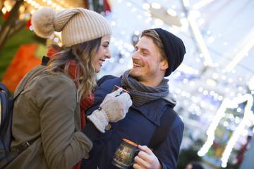 Freunde auf dem Markt Weihnachten