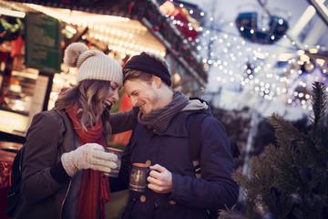 Pärchen auf dem Weihnachtsmarkt mit Glühwein