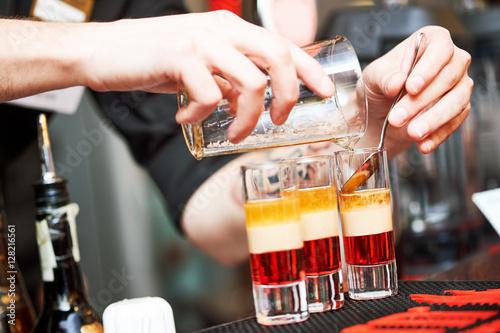 Пьяный бармен дрожащей рукой