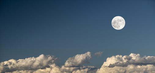 Luna y nubes
