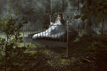 Frau wacht im Wald auf