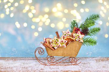 leckere Weihnachtsplätzchen auf alten Holzschlitten