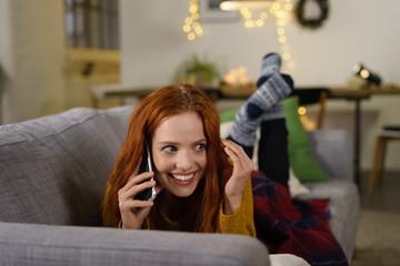 frau telefoniert in der weihnachtszeit