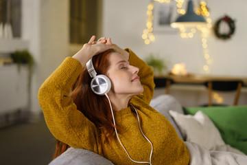 frau entspannt mit guter musik