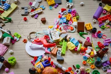 Unordnung im Kinderzimmer, Bausteine und Kleinteile im Pappkarton