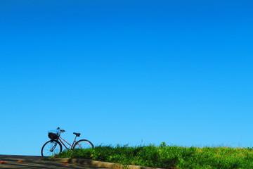 自転車と青空のある風景