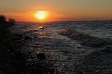 Sonnenuntergang und Wellen an der Ostsee