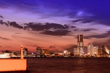 大黒ふ頭から見た横浜のシルエットとみなとみらいの夕焼け