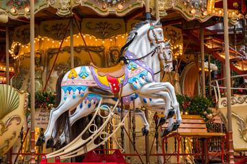 altes Kinderkarussell mit Pferden