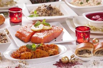 Obraz Boże Narodzenie - świąteczny stół - kolacja wigilijna / tradycyjne potrawy / ryba po grecku - fototapety do salonu