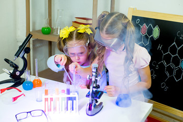 kids making science experiments