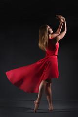 девушка танцует в красном платье