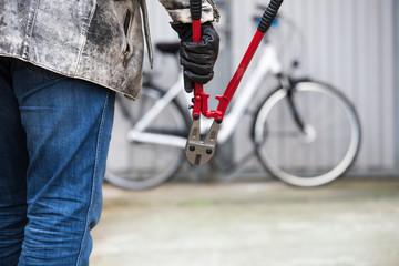 ein Dieb will ein Fahrrad stehlen