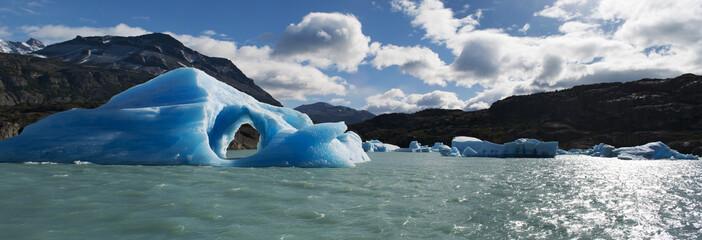 Patagonia, 23/11/2010: gli iceberg e l'acqua azzurra del Lago Argentino, il più grande lago d'acqua dolce in Argentina, nel Parco Nazionale Los Glaciares, alimentato dal disgelo dei ghiacciai