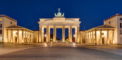 Foto op Plexiglas Berlijn Panorama of the famous Brandenburger Tor in Berlin at night