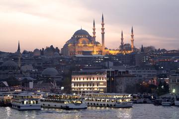 Panorama di Istanbul, Turchia, al tramonto, con la Moschea di Aghia Sophia sullo sfondo