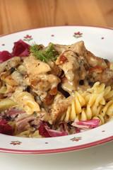 Pasta mit Radicchio, Fenchel und Schweinefleisch in Pilz-Gorgonzola-Sauce