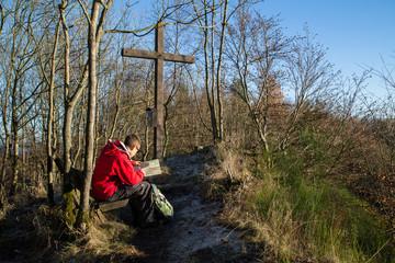 Fototapeta Junger Wanderer, Asberg Gipfel, Herbst, Westerwald, Deutschland; Young hiker, autumn
