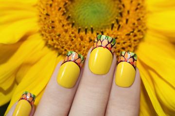 Wall Mural - Жёлтый дизайн ногтей с подсолнухом.