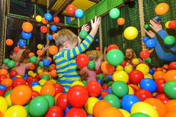 Kinder und Eltern haben Spaß mit bunten Bällen
