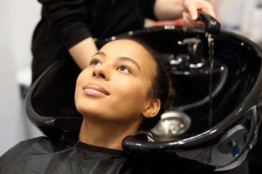Mycie głowy w salonie fryzjerskim.