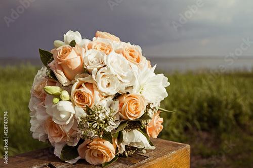 Vintage Brautstrauss Mit Rosen Auf Holzbank Mit Wasser Hintergrund