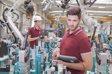 Entwicklungsingenieure bei der Roboter Inbetriebnahme