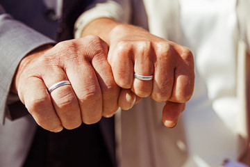 Ringe an Händen mit Faust zur Hochzeit
