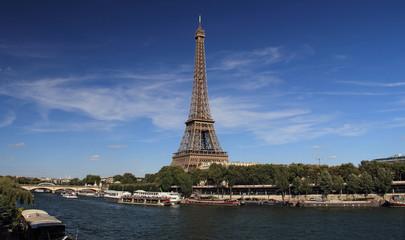 Paris, la tour Eiffel et la Seine vue de la voie Georges Pompidou