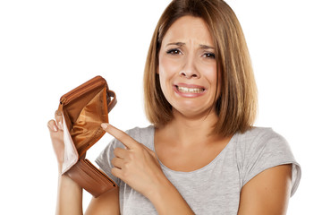 unhappy woman shows her empty wallet