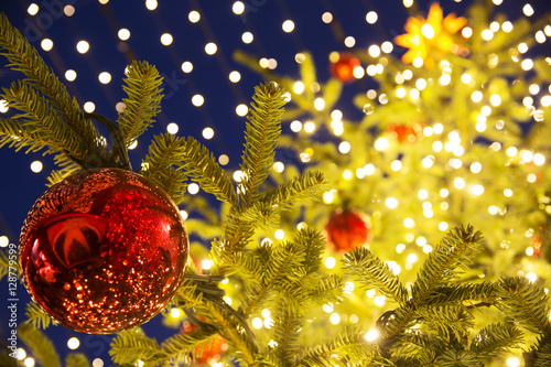 weihnachtsbaum mit christbaumkugeln und lichterkette auf einem weihnachtsmarkt stockfotos und. Black Bedroom Furniture Sets. Home Design Ideas