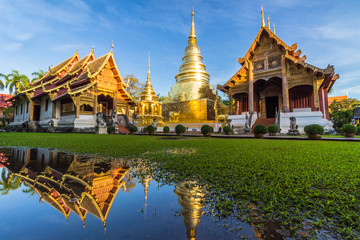 Papiers peints Edifice religieux Wat Phra Singh temple, blue sky and reflection in water. Chiang Mai, Thailand.