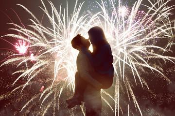 Paar küsst sich vor Feuerwerk