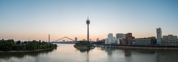 Bilder und videos suchen fernsehturm - Dusseldorf wandtattoo ...