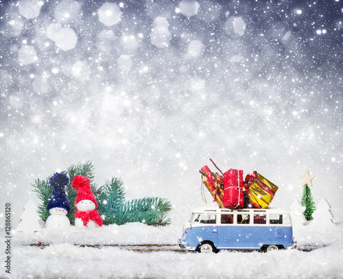 weihnachtsgeschenke auf bus im winterwald stockfotos und. Black Bedroom Furniture Sets. Home Design Ideas