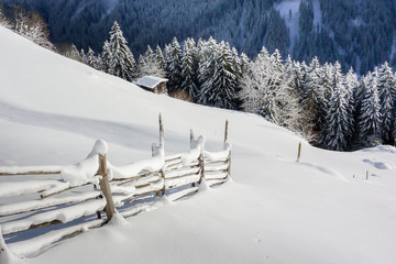 Winterlandschaft mit verschneitem Wanderweg