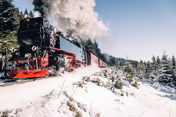 Harzer Eisenbahn mit viel Rauch im Winter