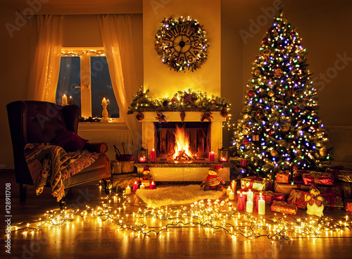 weihnachtszimmer mit kamin lichterketten und. Black Bedroom Furniture Sets. Home Design Ideas