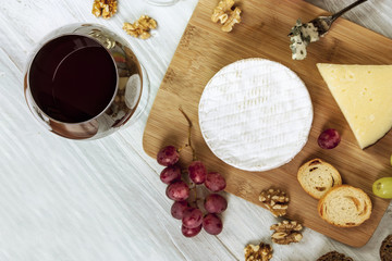 Red wine, cheese, grapes at pairing, with copyspace