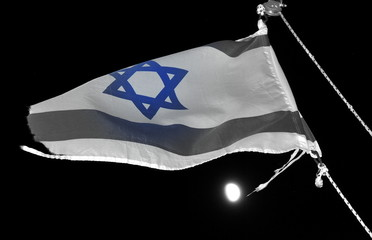 Flagge Israels am Nachthimmel über dem See Genezareth