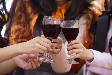 ハロウィンパーティーをする女性たち